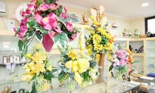 delle composizioni di fiori colorati