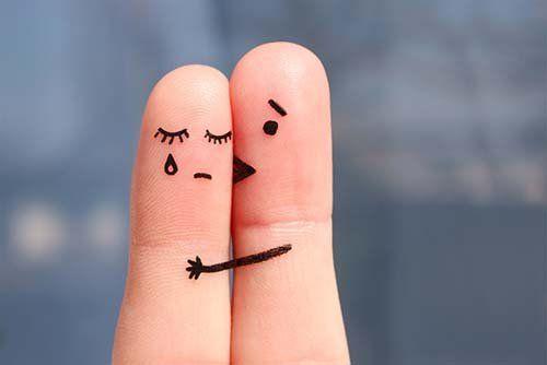 due dita che impersonificano un uomo che consola una donna