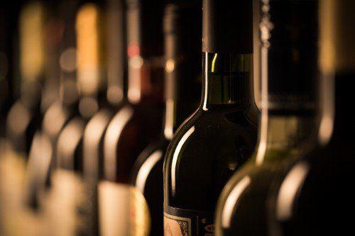 fotografia di bottiglie di vino in prospettiva