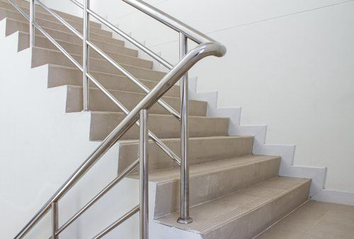 ringhiera di metalo per delle scale
