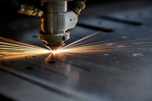 macchina laser che taglia il metallo