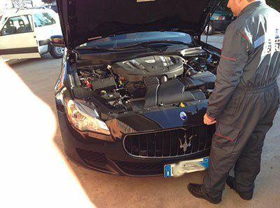 meccanico visiona motore di una Maserati