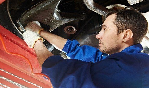 expert fixing truck