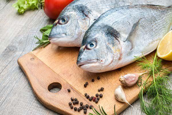 un tagliere con due pesci