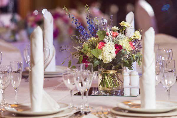 un bouquet di fiori su un tavolo apparecchiato