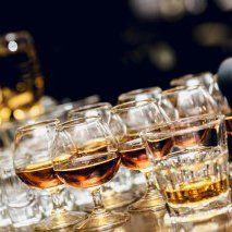 bicchieri di vetro con alcolici di L'acqua ha messo le ruote a Pizzighettone