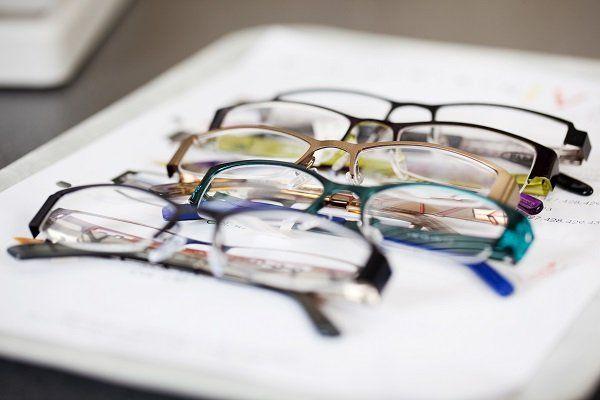 Cinque occhiali di leggere con lo stesso design ma diverso colore
