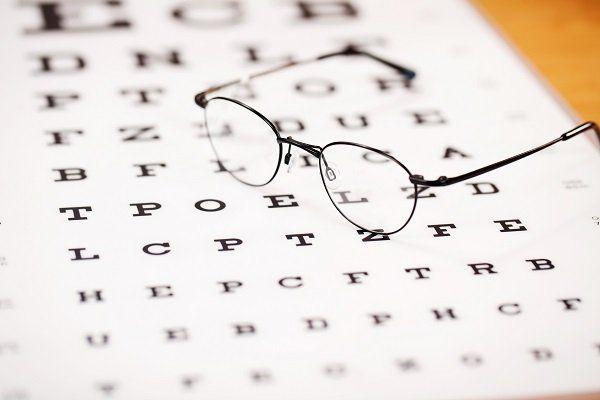 Cartello usato per testare la vista con  di occhiali sopra