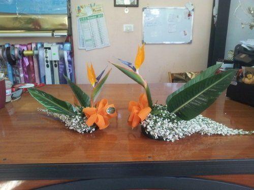 Due composizioni con delle foglie e dei fiocchi arancioni