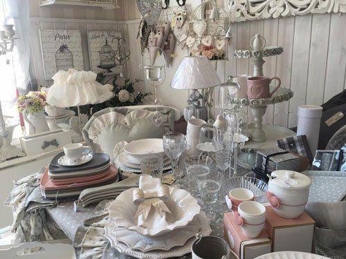 dei piatti, tazze e altri oggetti casalinghi