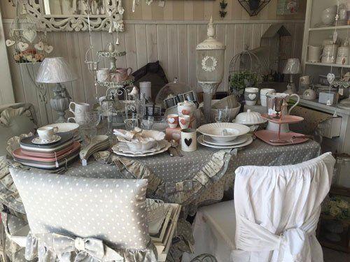 un tavolo, due sedie con tovaglia e coprisedie di color grigio a pois