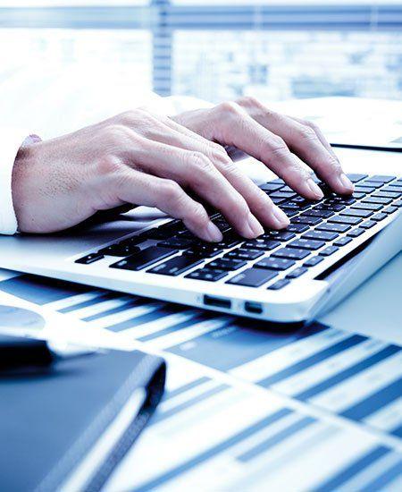 persona che digita su una tastiera
