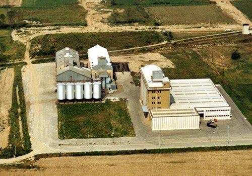 un edificio e dei silos