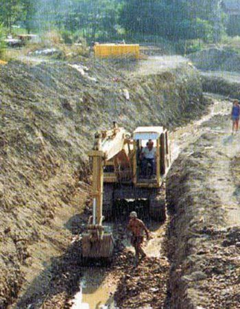 una ruspa in uni scavo e un uomo