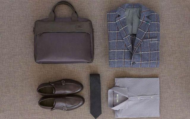 una camicia , una giacca un paio di scarpe e una borsa di pelle