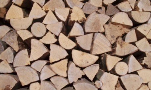 un insieme di legna da ardere