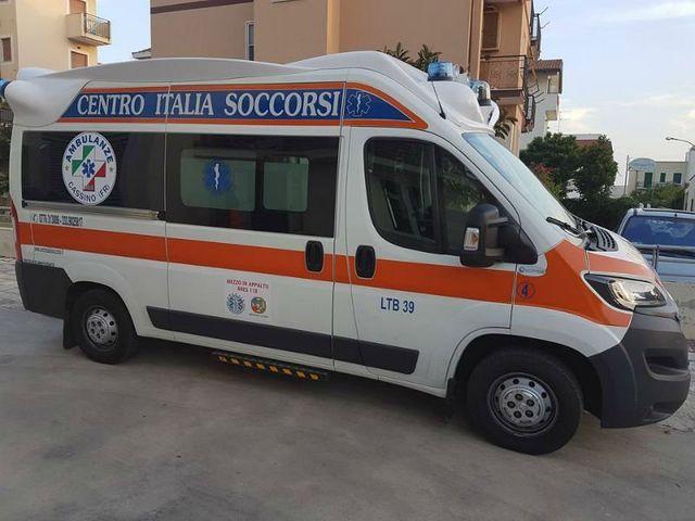 vista laterale di un'ambulanza del centro
