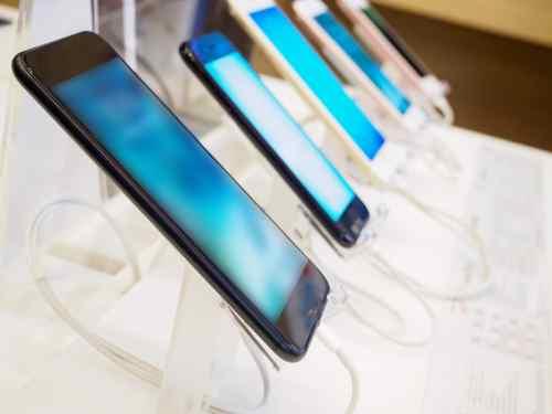 smartphone mobile in negozio di elettronica