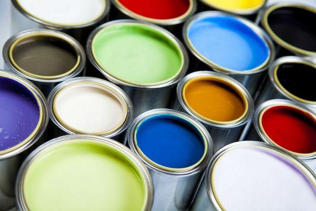 dei barattoli di vernice in vari colori