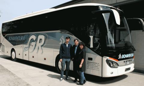 Pullman bianco e grigio per turismo