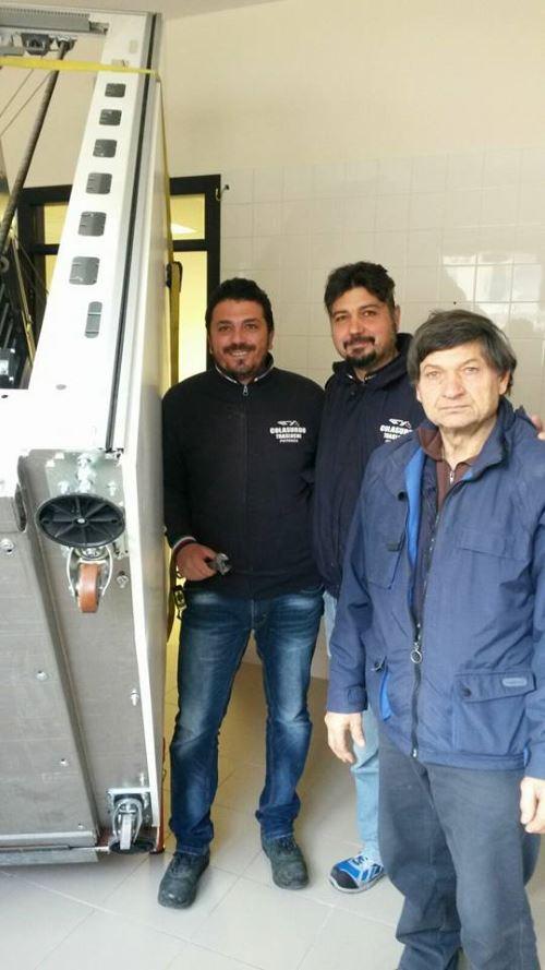 tre uomini vicino ad un carico pesante