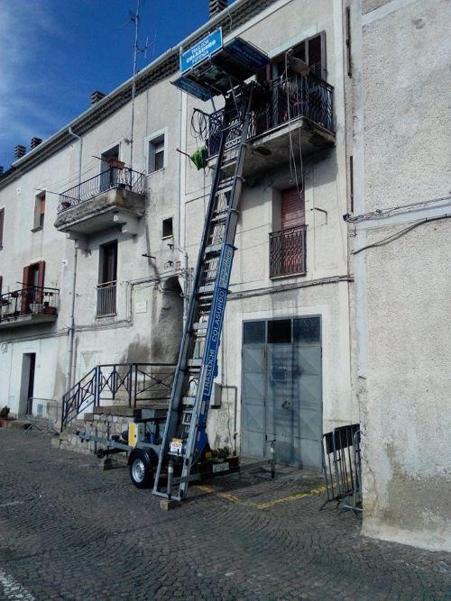 una scala aerea per traslochi vicino a un condominio