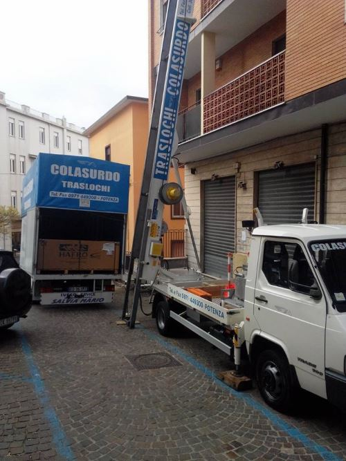 un camion e una scala aerea per traslochi