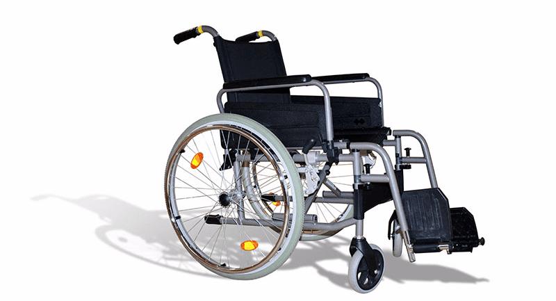 una sedia a rotelle nera vista di lato