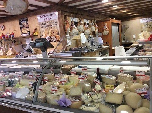 Vetrina piena di diversi tipi di formaggi