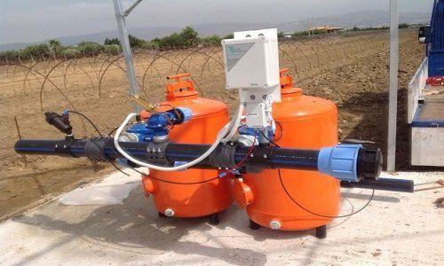 attrezzatura agricola con due contenitori cilindri arancioni