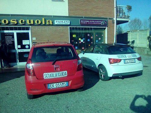 due vetture della scuola guida di fronte all'autoscuola