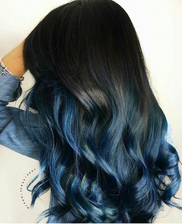 Una donna con capelli neri e le punte tinte di blu