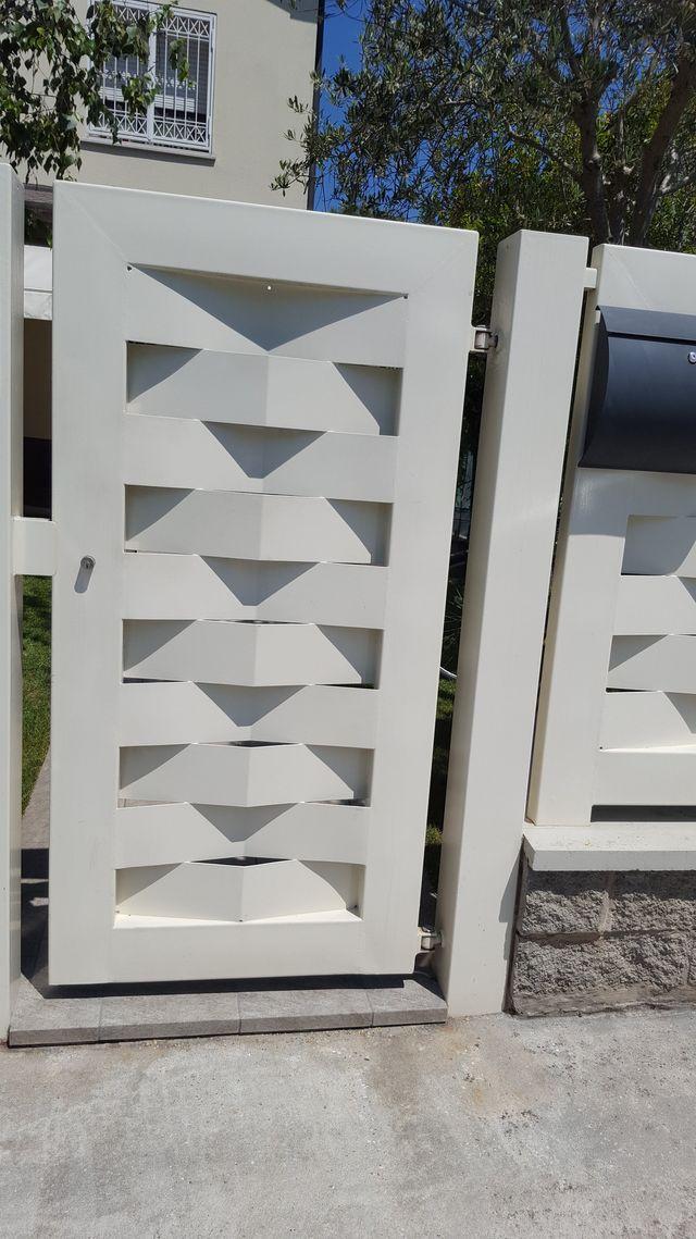 un cancello e una villetta