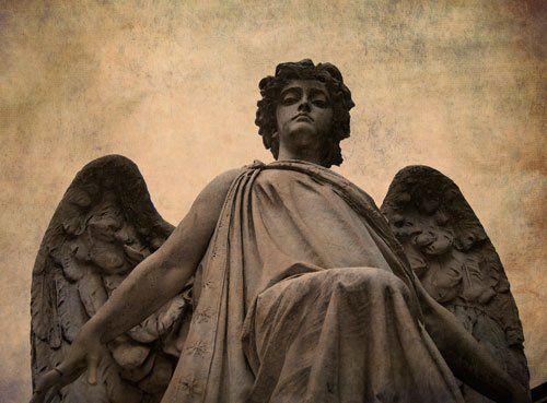 una statua di pietra di un angelo