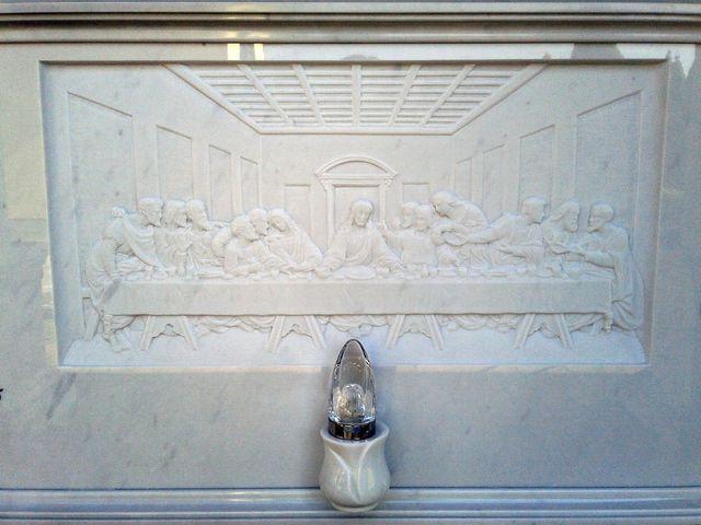 delle finiture in marmo con dei disegni  foglie