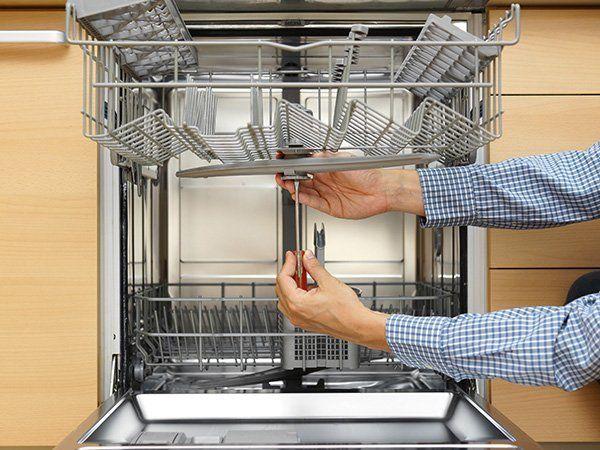 L'esperto ripara una lavastoviglie a Napoli