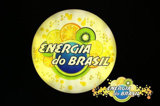 Buffet di stuzzichini con sullo sfondo una bandiera brasiliana