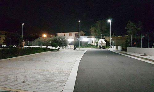 Vista notturna di una strada appena asfaltata