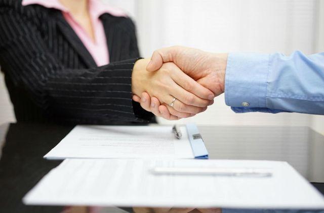 una stretta di mano tra una donna e un avvocato