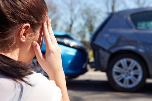 una ragazza disperata e vista di due macchine incidentate