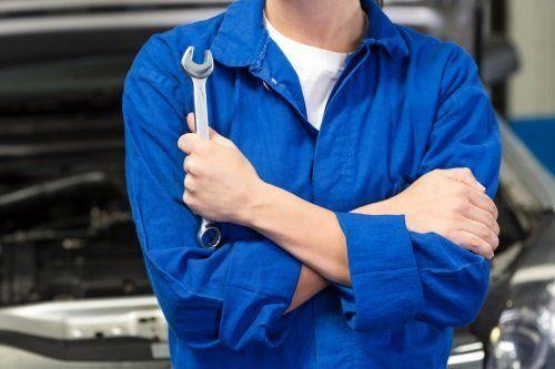 un meccanico con in mano una chiave inglese