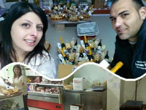 un ragazzo e una ragazza sorridenti e dietro una scatola con delle bottiglie