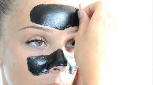 donna con maschera di bellezza nera