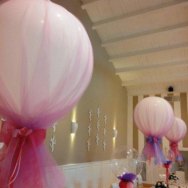 una sala con palloncini come decorazione
