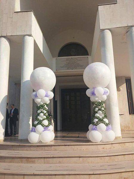 due collone di palloncini davanti ad una entrata