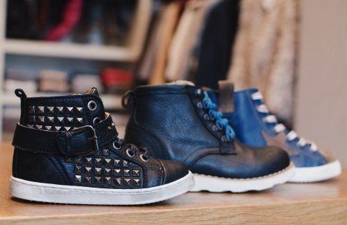 delle scarpe nere e blu da bambini