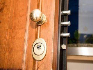 porta semiaperta con serratura di sicurezza