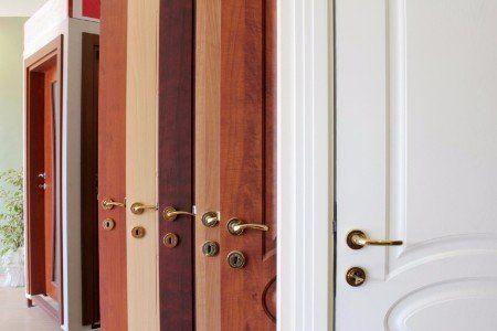 Porte di sicurezza di diverso materiale e colore