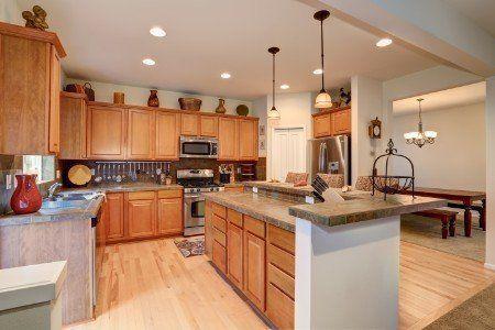 Grande e spaziosa cucina completamente accessoriata con suolo e mobili di legno