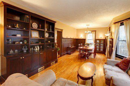 Soggiorno di stile classico,pareti,suolo e mobili di legno